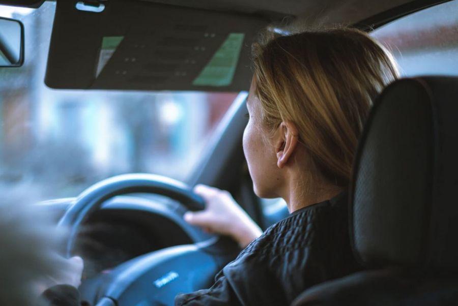jeune conductrice en auto école