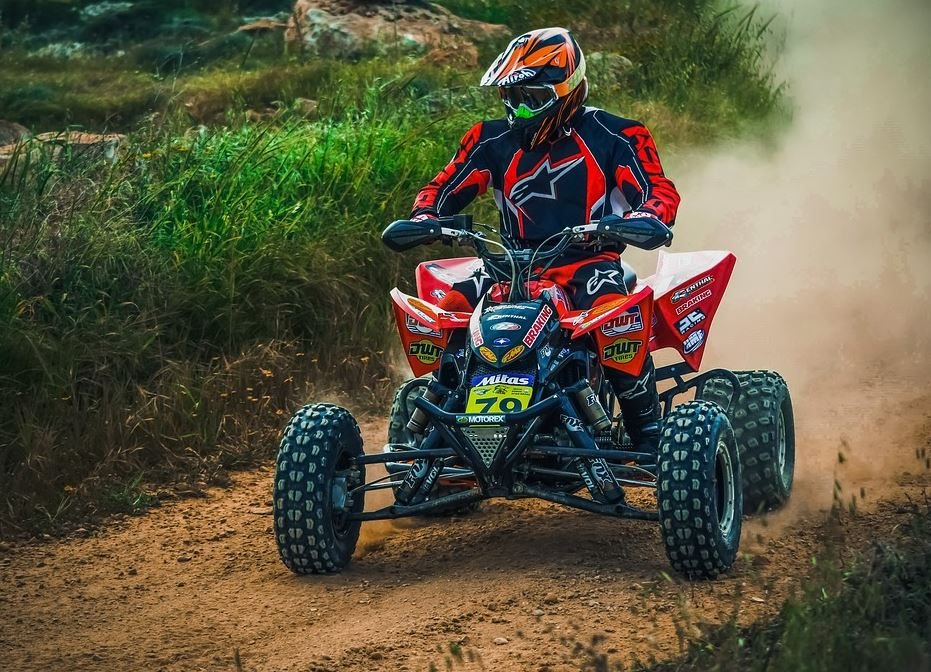 conduite de quad sur chemin